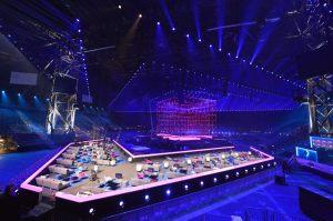 Horft yfir grænaherbergið og sviðið. Mynd: eurovision.tv